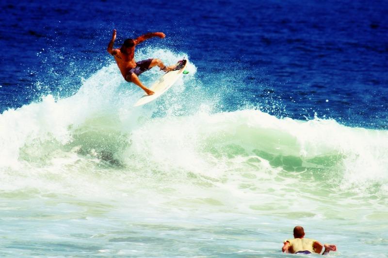 Le surf, le kite-surf, ou bien encore le paddle board sont des exemplesde sports nautiques à pratiquer cet été !